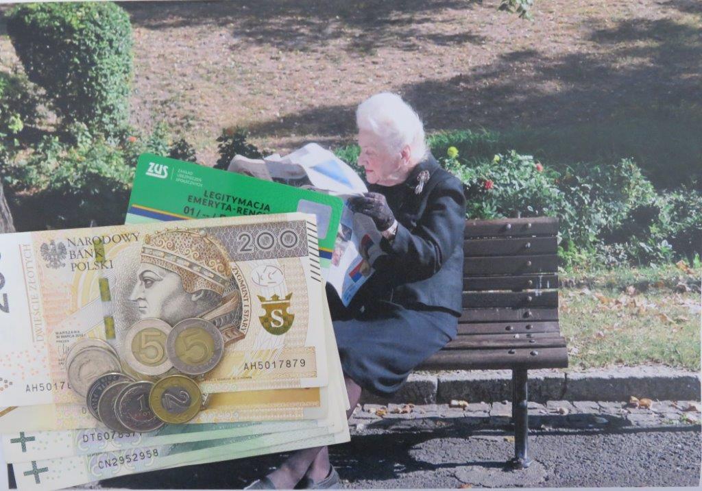 Zdjęcie emerytki na ławce w parku.