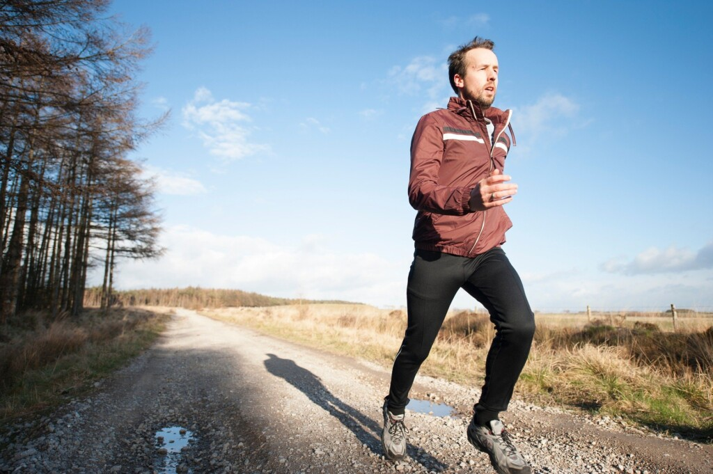 Zdjęcie biegającego mężczyzny.