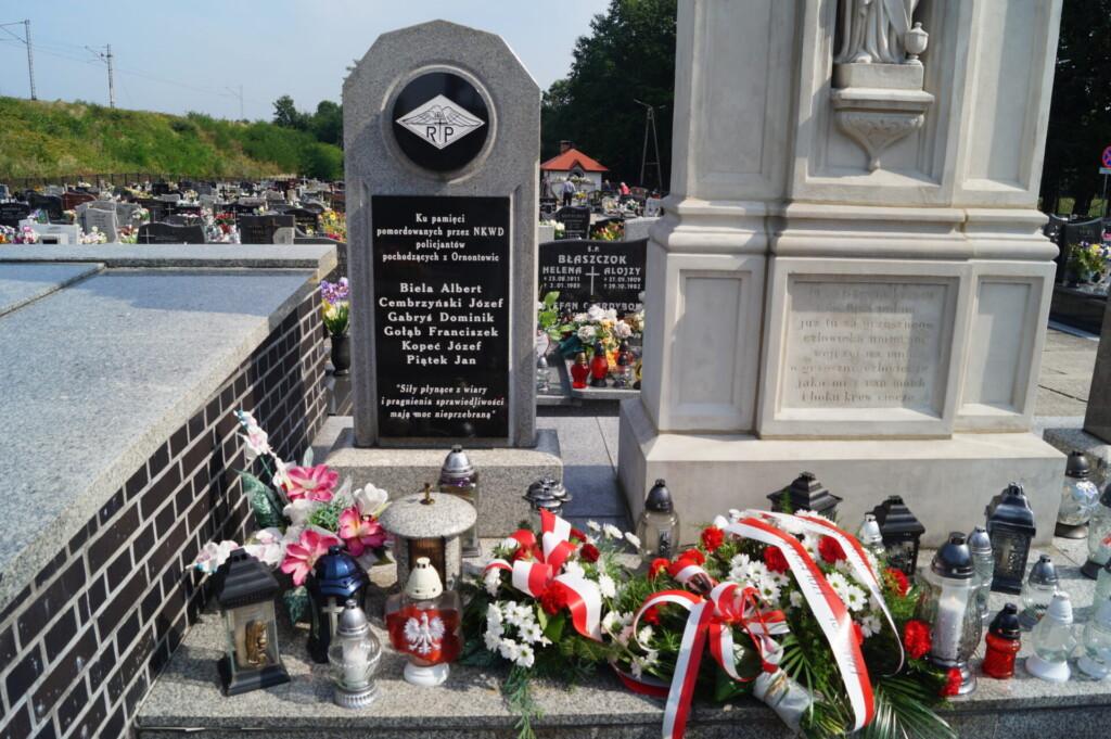 Zdjęcie przedstawia pomnik pomordowanych policjantów na ornontowickim cmentarzu.