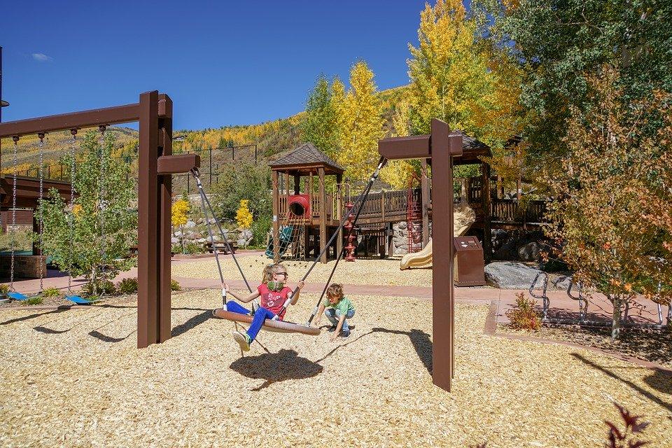 zdjęcie - plac zabaw, bawiące się dzieci