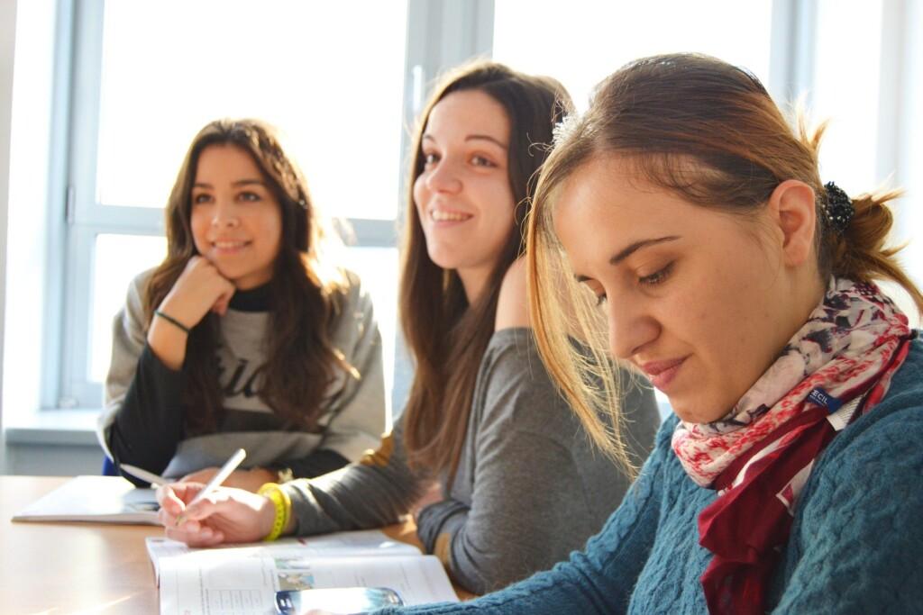 zdjęcie - trzy uczennice