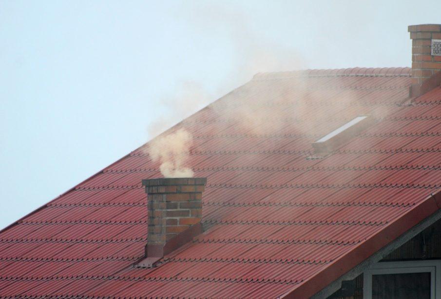 Zdjęcie dachu i dymiącego komina.