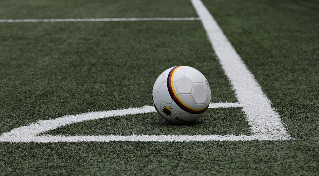 Piłka nożna na boisku.