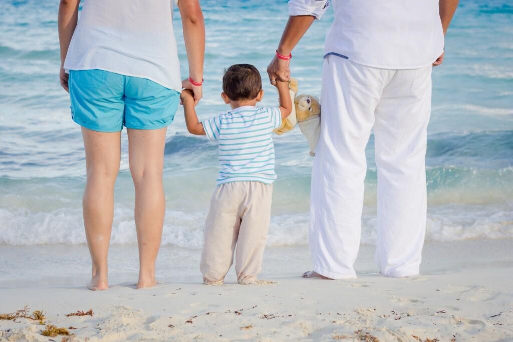 zdjęcie - rodzice i dziecko nad morzem