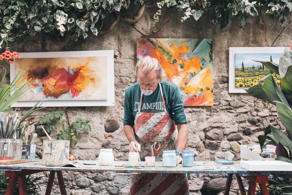 Zdjęcie malarza, obrazy w tle
