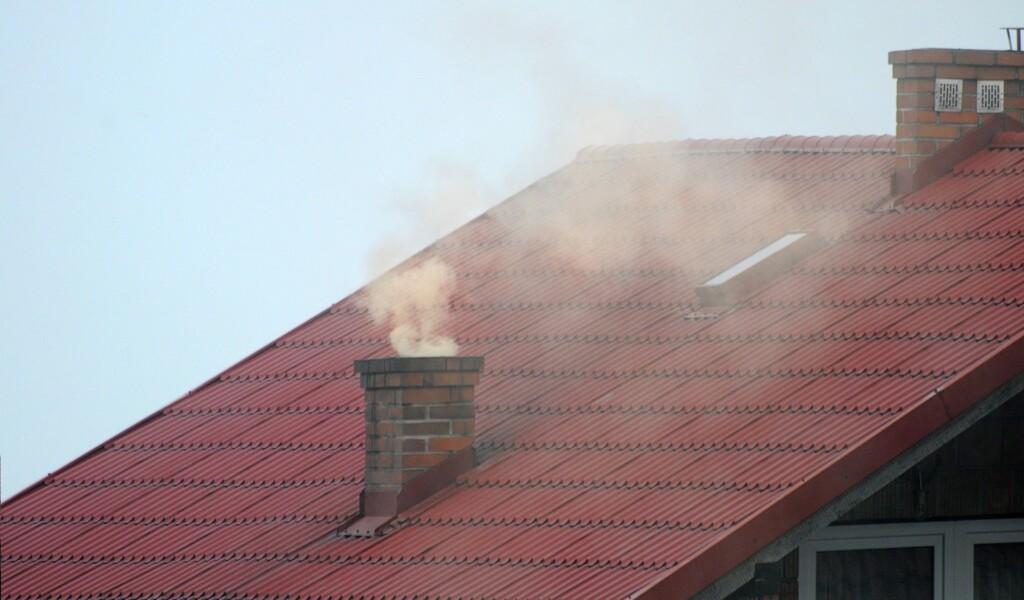 Zdjęcie dymiącego komina.
