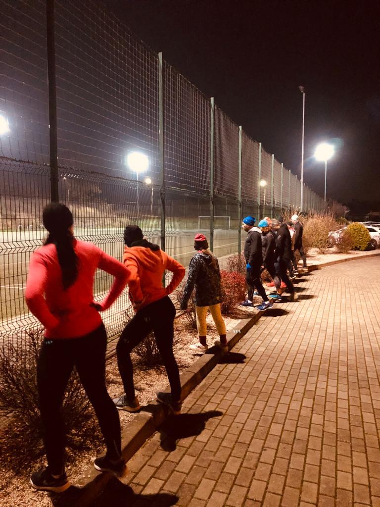 Zdjęcie rozgrzewających się biegaczy.