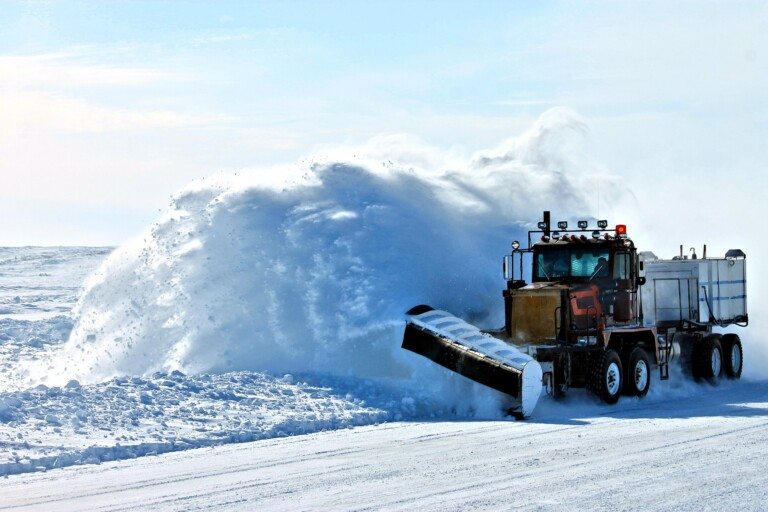 Zdjęcie przedstawia pług śnieżny