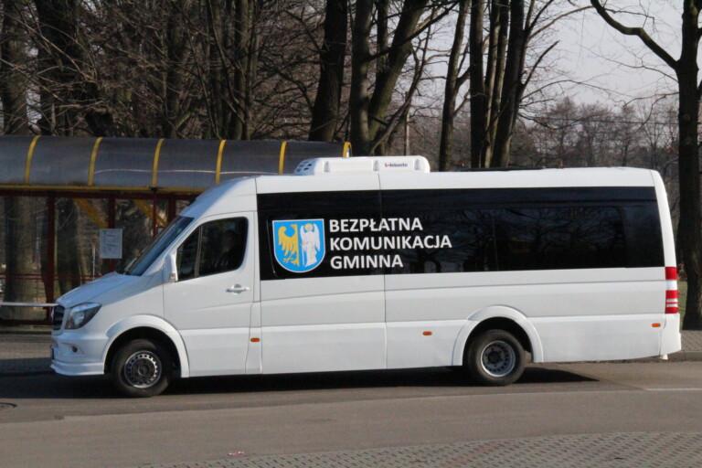 Zdjęcie busa bezpłatnej komunikacji gminnej.