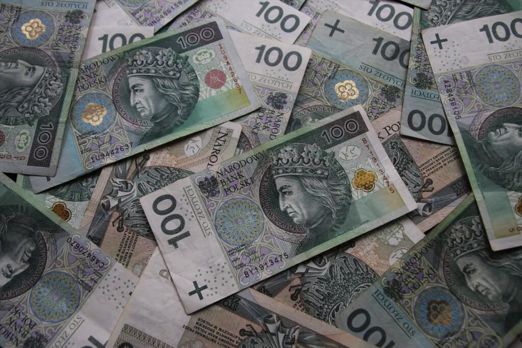 Zdjęcie banknotów 100 złotowych.