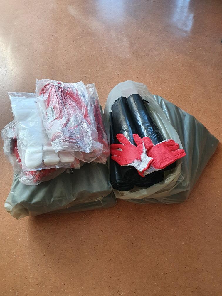 Zdjęcie worków na śmieci i rękawic.