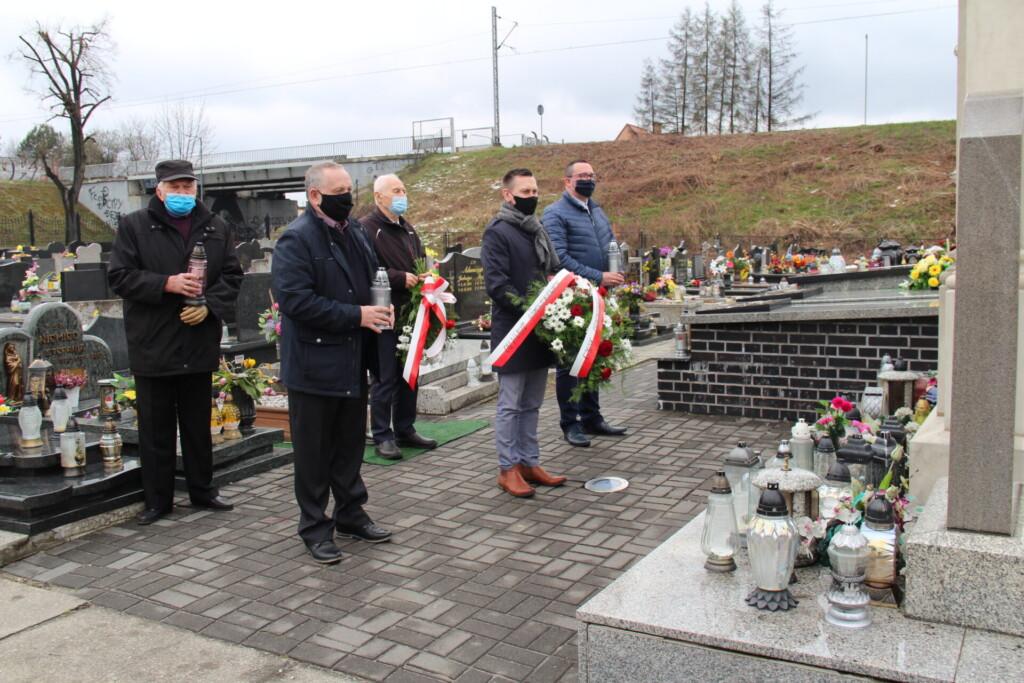 Zdjęcie ze złożenia wieńców i zniczów na ornontowickim cmentarzu - 13 kwietnia 2021 roku.