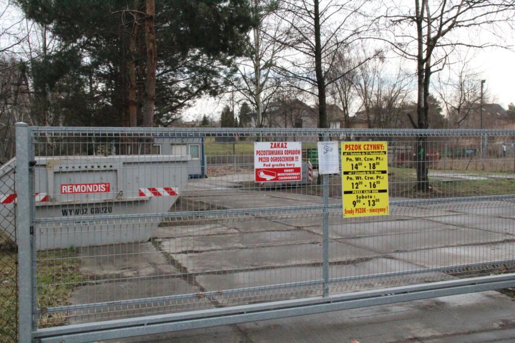 Zdjęcie bramy wjazdowej Punktu Selektywnej Zbiórki Odpadów Komunalnych.