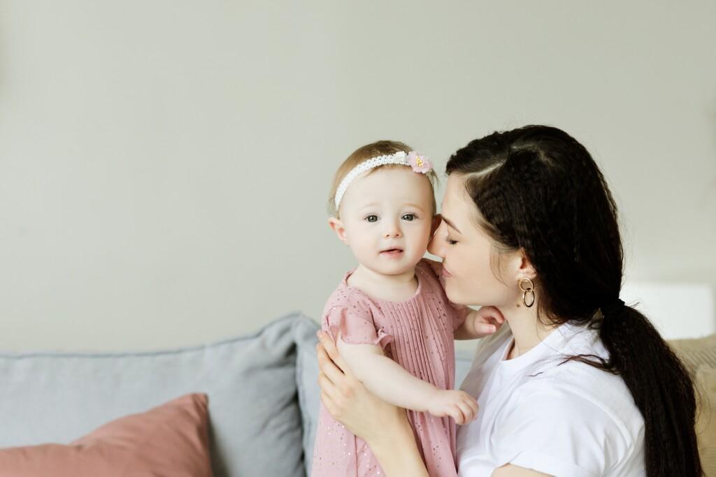 Zdjęcie przedstawiające matkę z dzieckiem.