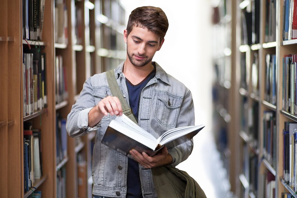 Zdjęcie przedstawiające studenta.