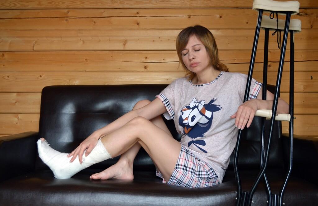 Zdjęcie - kobieta ze złamaną nogą