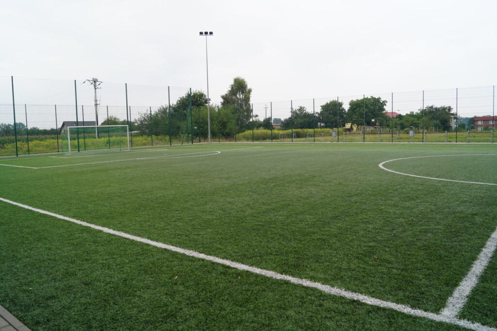 Zdjęcie boiska sportowego.