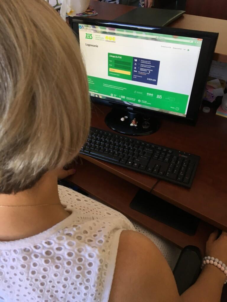 Zdjęcie - kobieta korzystająca z PUE ZUS na laptopie