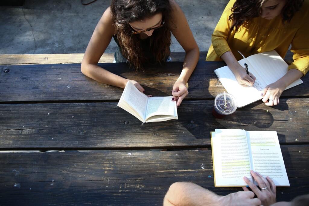Studenci z książką