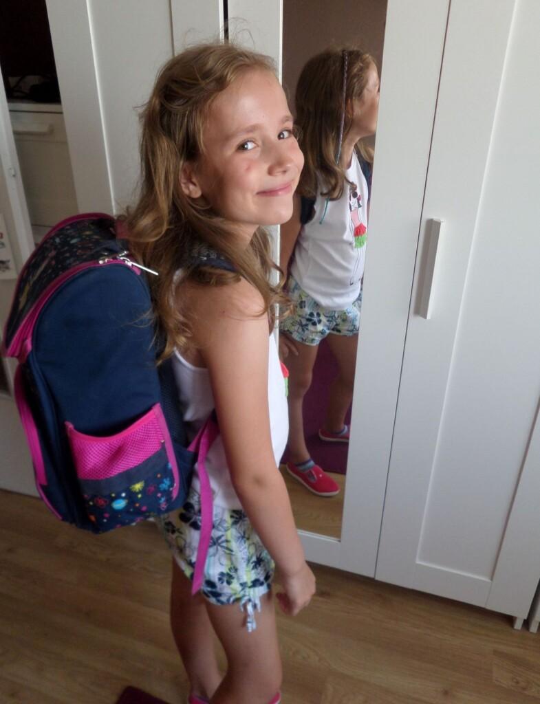 Zdjęcie dziecka z tornistrem.